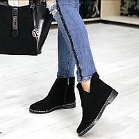 Женские замшевые демисезонные ботинки с украшением