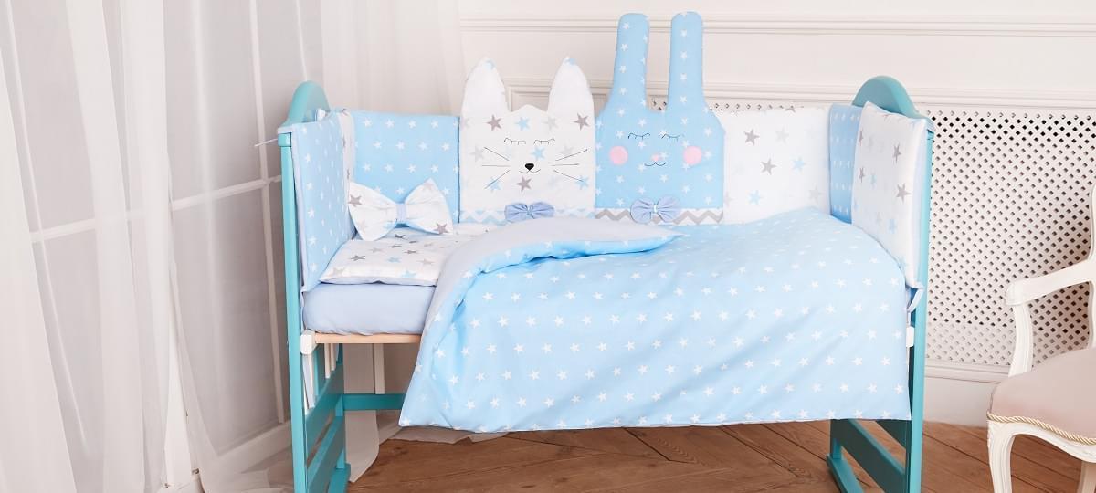Комплект постельного белья с бортиками, одеялом и подушкой  в кроватку Зверушки в расцветках голубой