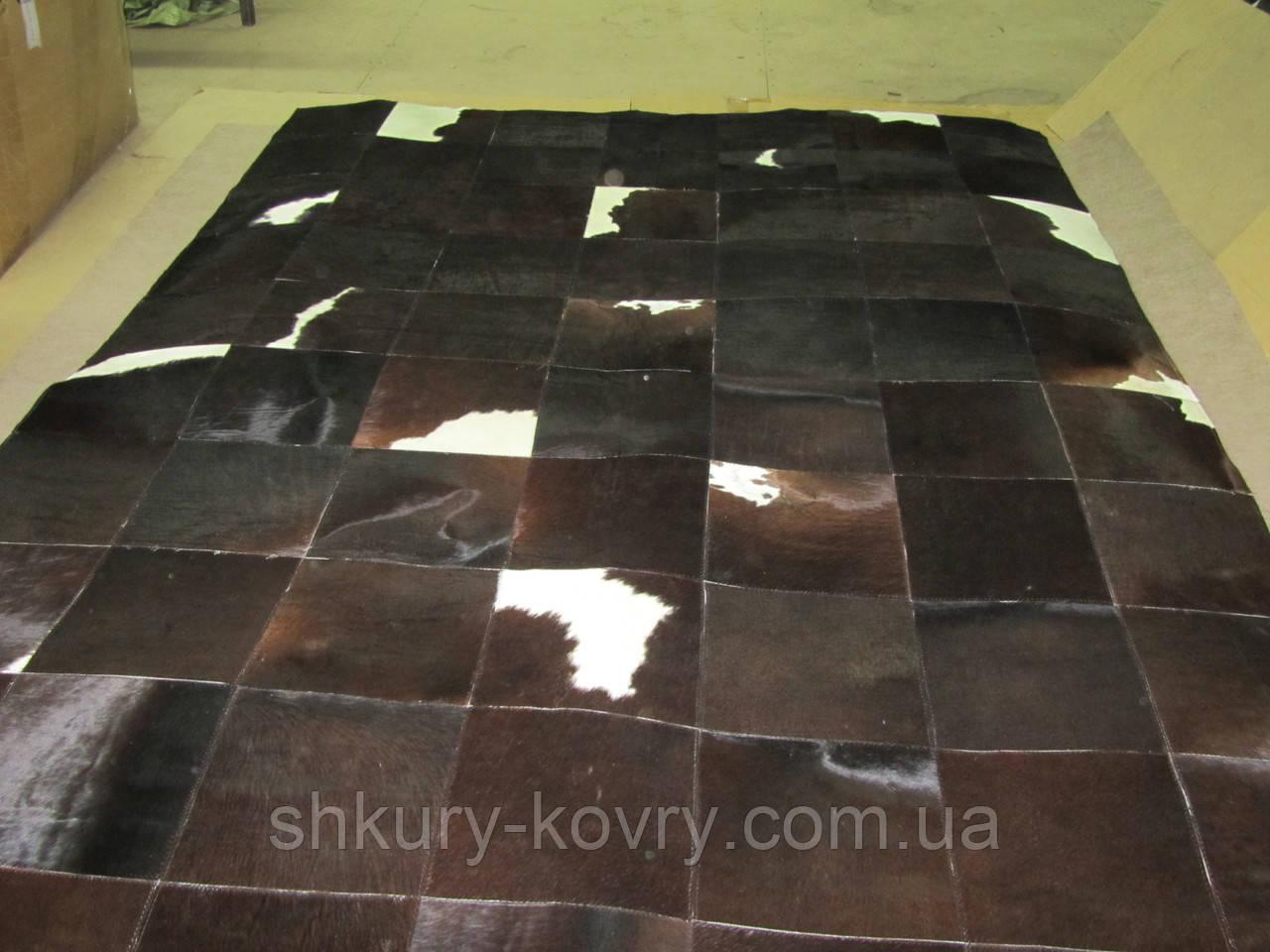 Килим темно-шоколадного кольору з небольшм вкрапленням білого кольору