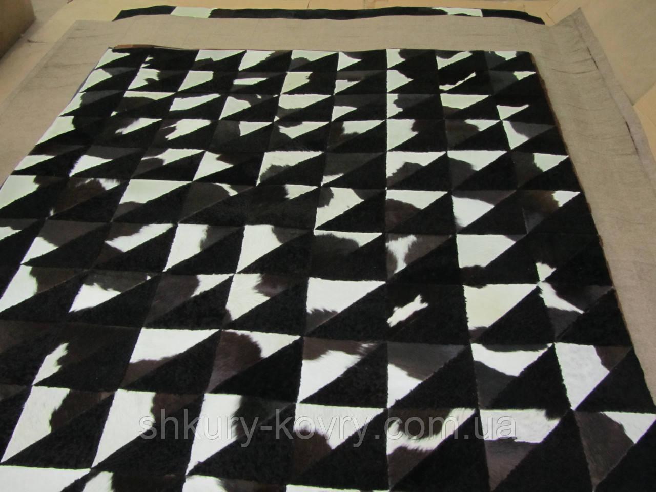 Черно белый ковер из шкуры коовы и цигейки