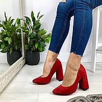 Красные замшевые туфли на толстом каблуке
