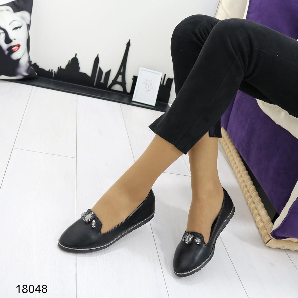 Женские туфли с камнями на низком ходу