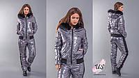 Зимний женский серебристый лыжный костюм.