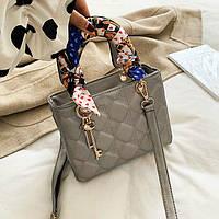 Женская квадратная стеганая сумка с брелком и платком серебряная