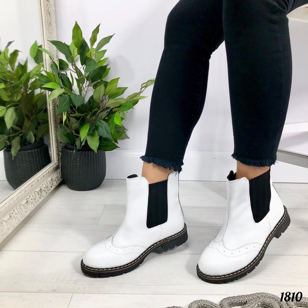 Белые ботинки челси сбоку на резинках