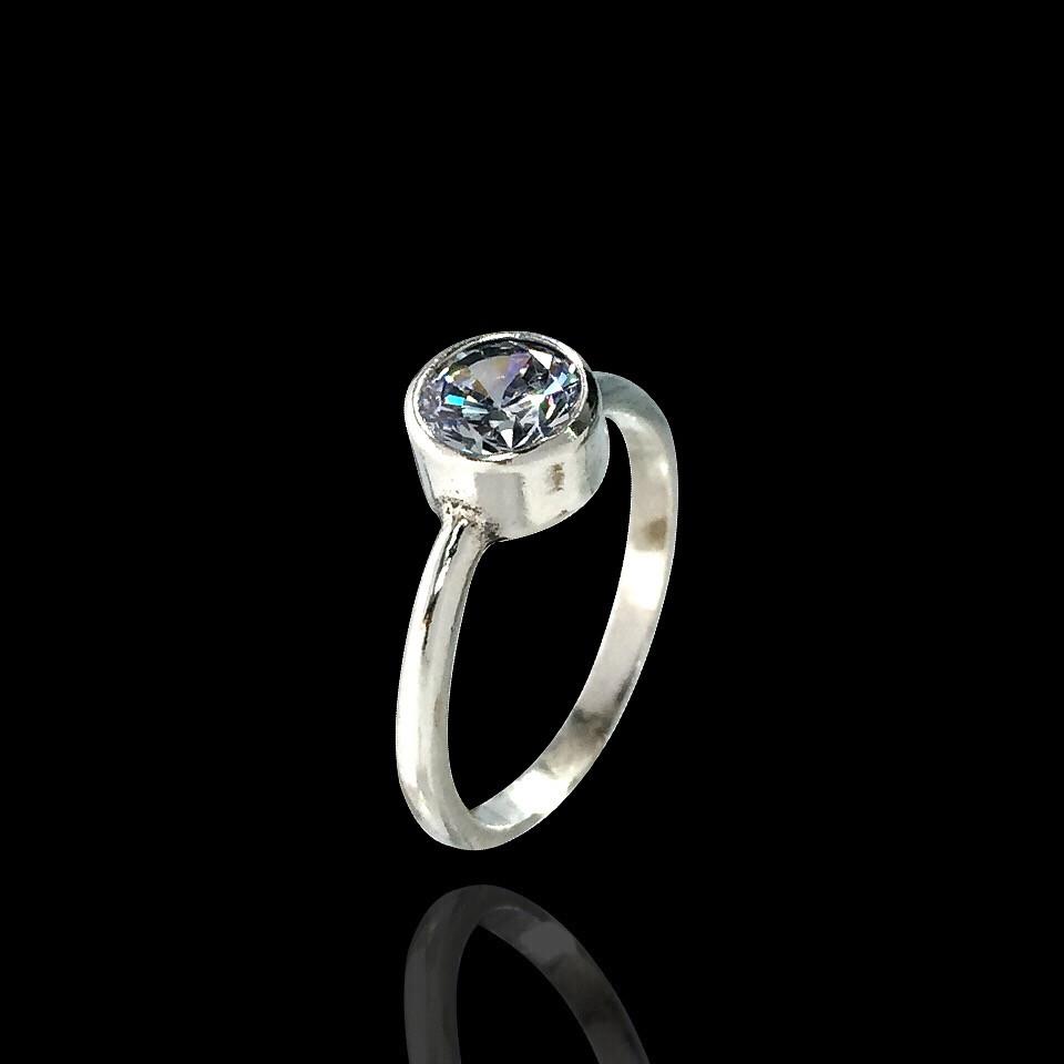 Серебряное кольцо с камушком в оправе, фото 1