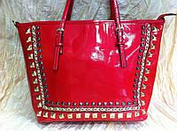 Красная  лаковая сумка с шипами