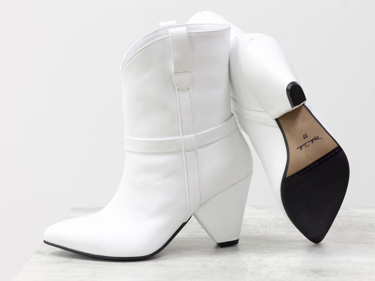 Стильные сапоги казаки из натуральной кожи белого цвета на устойчивом высоком треугольном каблуке