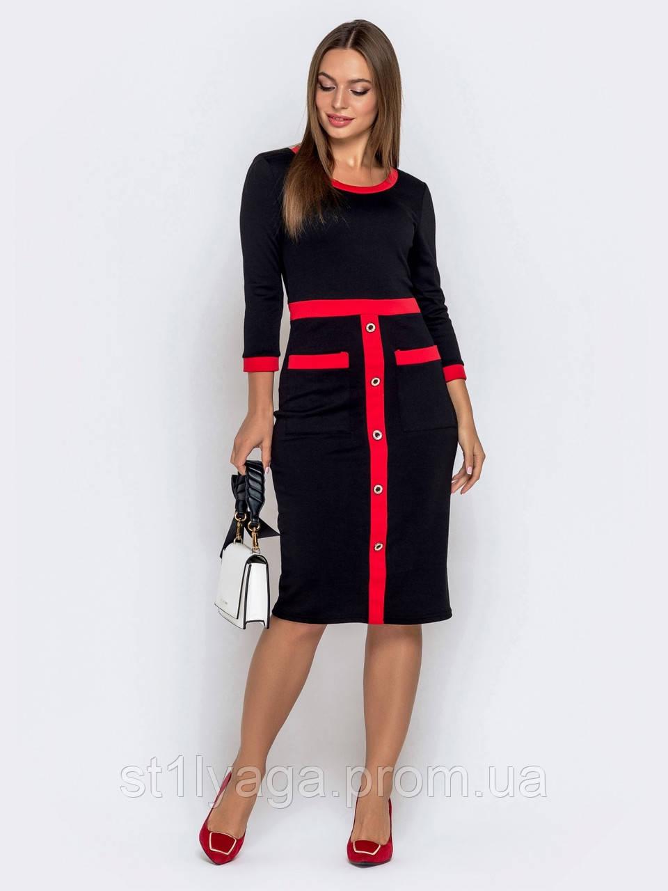 Приталенное платье из трикотажа с рукавами три четверти и контрастной планкой с декоративными пуговицами