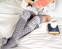 Эффектные светло-серые женские гетры с носком за колено, с белым зимним узором, длина 53 см, завязки.