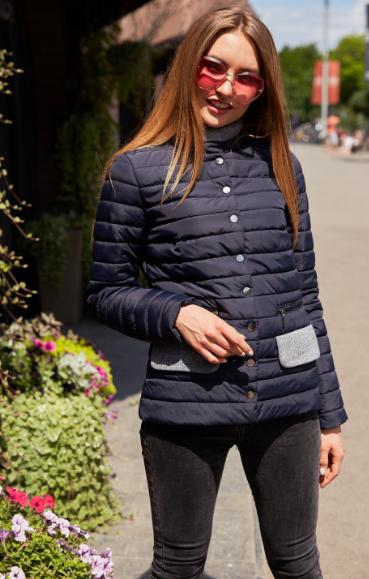 Женская куртка красивого модного цвета