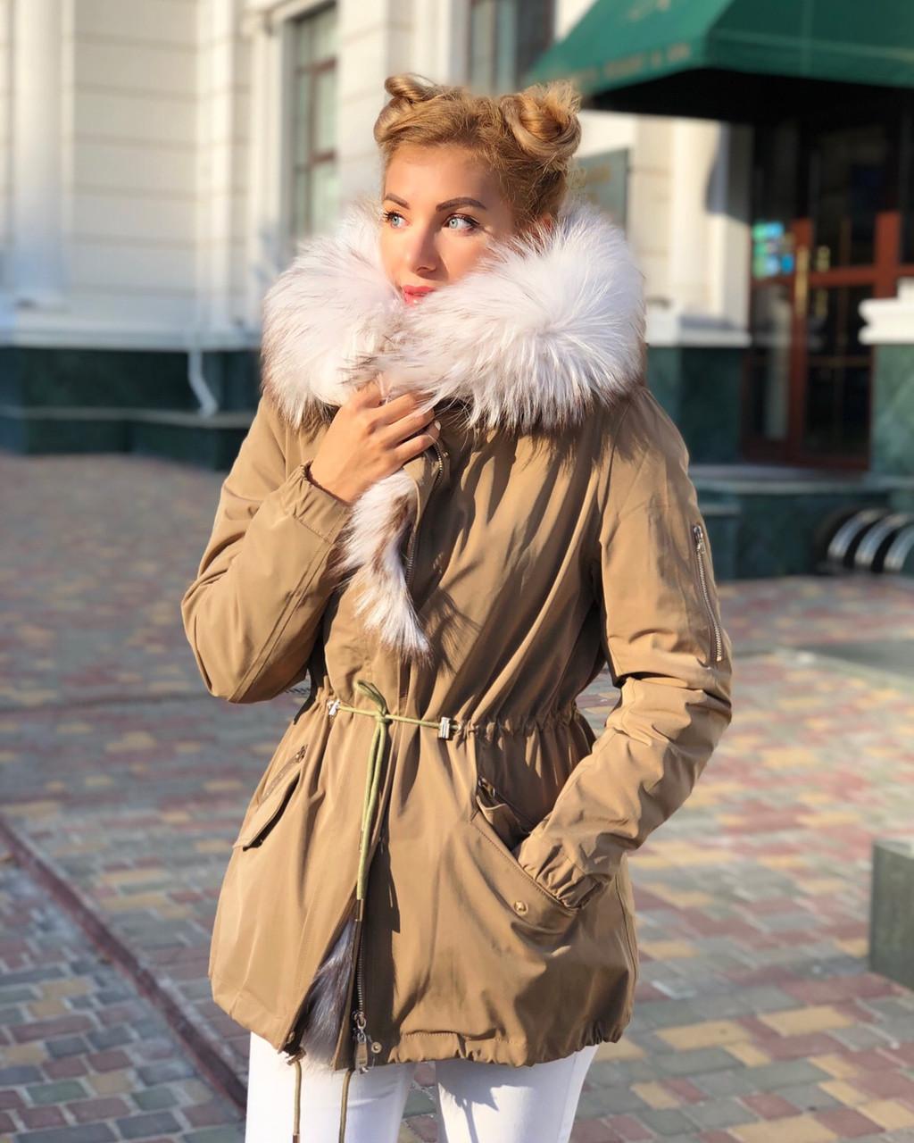 Бежевая куртка парка с натуральным мехом белой арктической лисы на капюшоне