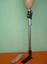 Протез бедра выполнен по технологии и с применением комплектующих фирмы Otto Bock (Германия) Стопа из карбонового волокна TRITON 1C60 с косметической оболочкой, узел на длинную культю 3R78
