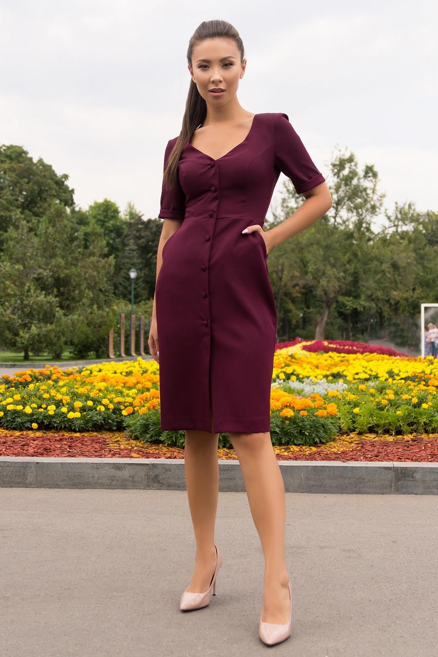 Деловое  платье средней длины на пуговицах   цвет бордо