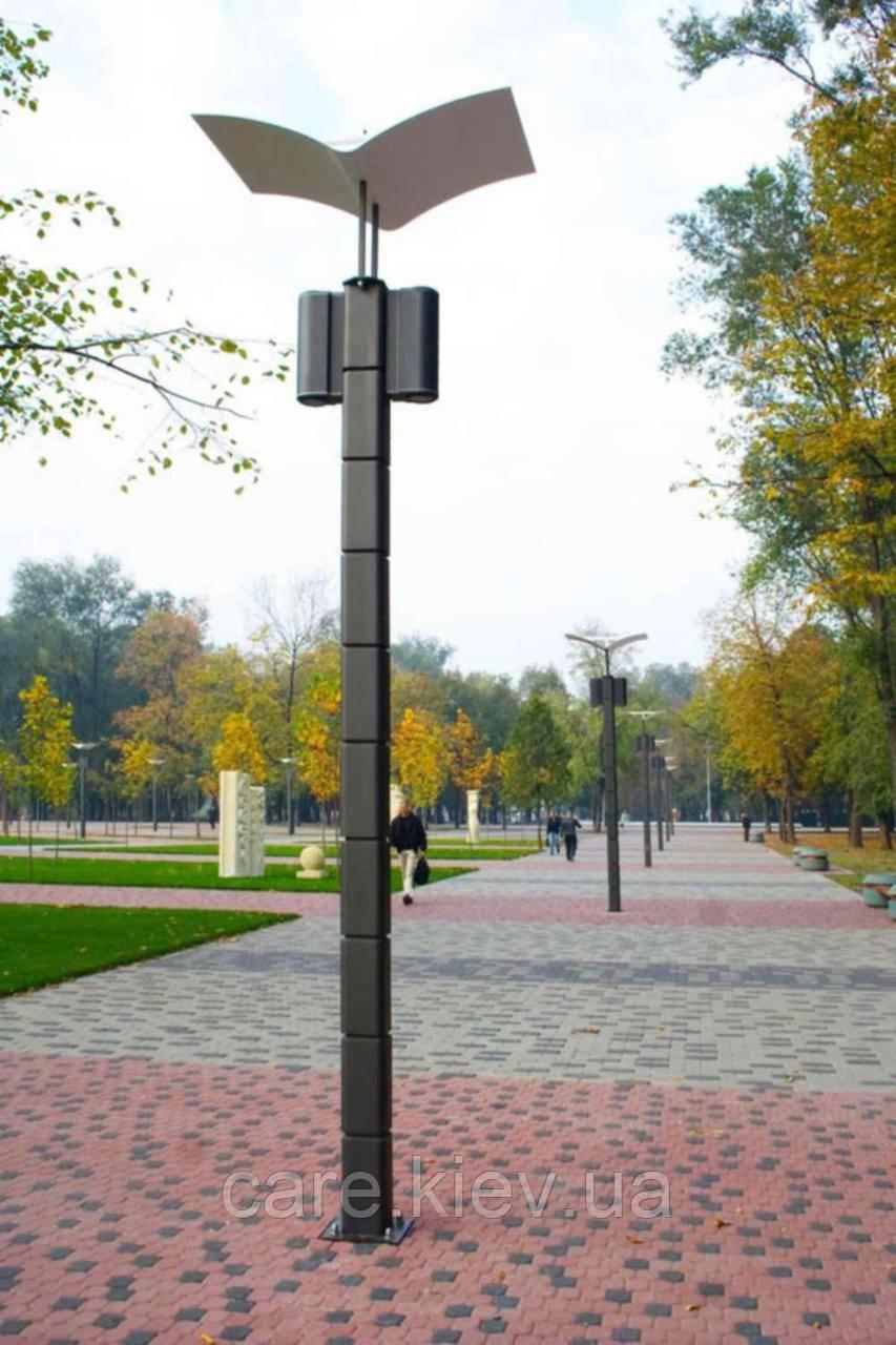 Паркова опора з відбитим світлом на два світильника