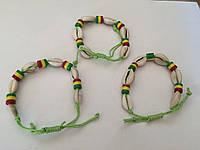 Браслет из ракушек Каури (зеленая нить)