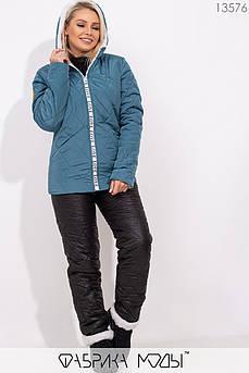 Зимний костюм из стеганной плащевки на овчине: куртка прямого кроя с капюшоном с прорезными карманами и брюками высокой посадки на кулиске 13576
