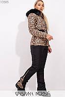 Зимний леопардовый костюм с курткой прямого кроя со съемным капюшоном c опушкой из эко меха, поясом и наладными карманами, брюками на молнии 13585