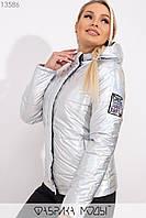 Голографическая куртка с капюшоном на молнии и кнопках, нашивкой на рукаве и прорезными карманами 13586