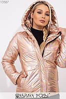 Голографическая куртка с капюшоном на молнии и кнопках, нашивкой на рукаве и прорезными карманами 13587