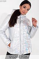 Голографическая куртка с капюшоном на молнии и кнопках, нашивкой на рукаве и прорезными карманами X11529