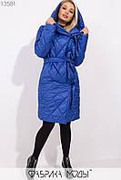 Стеганное пальто на подкладе с капюшоном и шалевым воротником, на запах с  двумя завязками и съемным поясом 13581