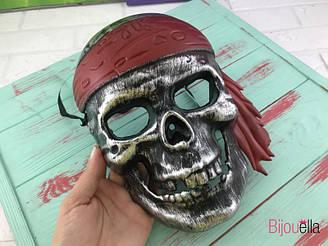 Карнавальная маска Череп Пирата серебряная с красной повязкой