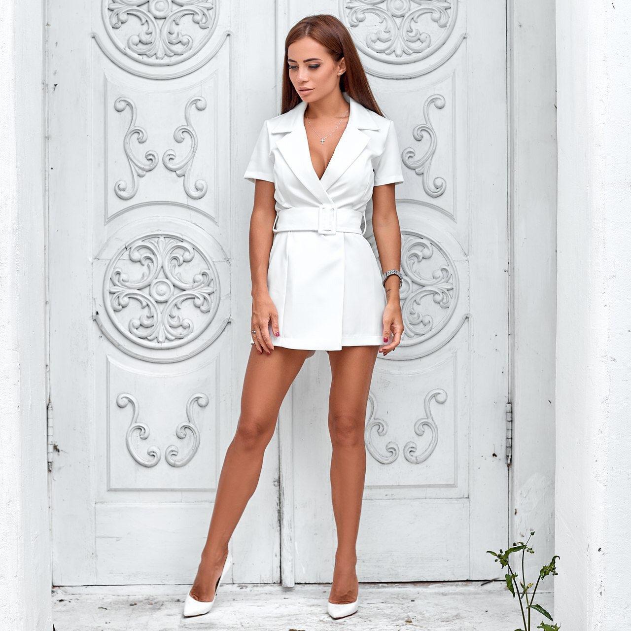 Женское платье-комбинезон с поясом белое