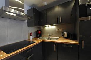 Стільниця на кухні з масиву дерева товщиною 40 мм