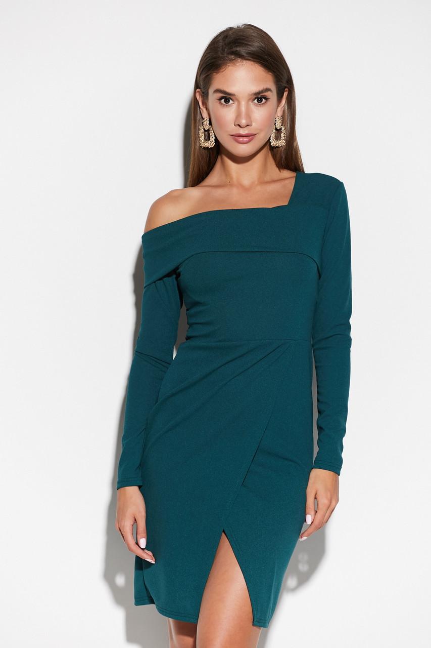 Облегающее темно-зеленое женское платье с запахом