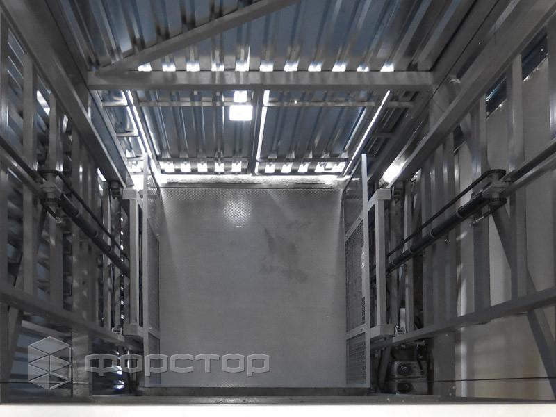 Стоечный подъемник в шахте для гипермаркета