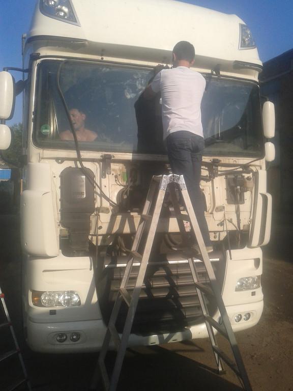 Замена лобового стекла на грузовике DAF XF 105 Евро 5 в Орджоникидзе