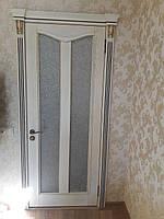 Дверь из массива ясеня витражная, с патиной - золото с порталом с элементами резьбы