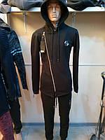 Черный спортивный костюм на байке