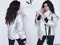 Стильная блестящая осенняя женская куртка на застежках лентах на металлических фастексах