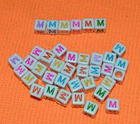 """Бусины алфавит на белом фоне """"M"""" 6 мм"""