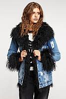 Джинсовая женская куртка с черным мехом ламы