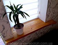 Подоконник деревянный с не обрезным краем.
