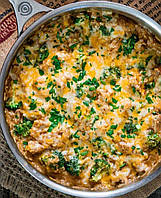 Мягкий рис, нежная брокколи и сочная курочка, запечённые под сырной корочкой