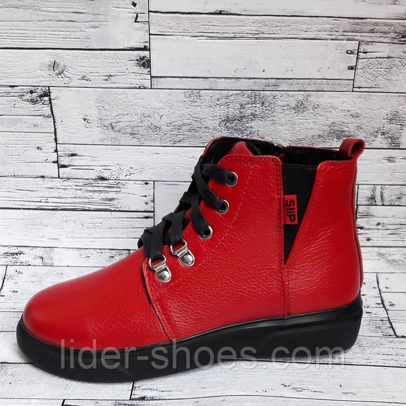 Женские ботинки на танкетке красные