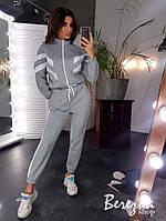 Теплый женский спортивный костюм с бомбером на молнии и штанами на манжетах 66rt738Q