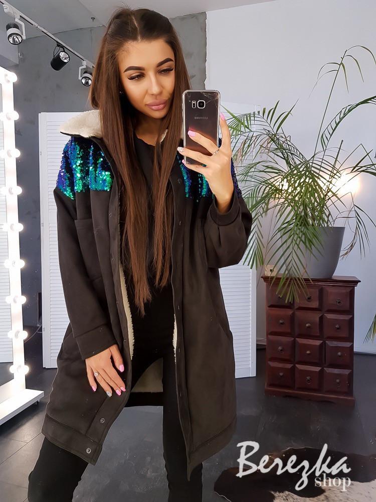 Удлиненная женская замшевая куртка на меху в черном цвете с вставками пайетки 66kur138Е