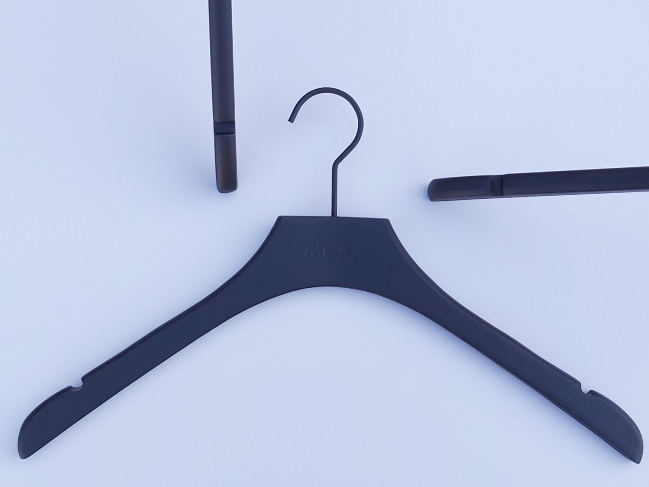 Плечики длиной 42 см вешалки деревянные Mexx матового-черного цвета с вырезами для бретелей