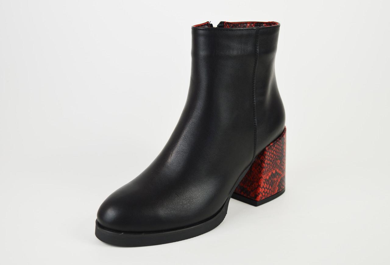 Ботинки демисезонные на каблуке рептилия красные Kluchini 13099