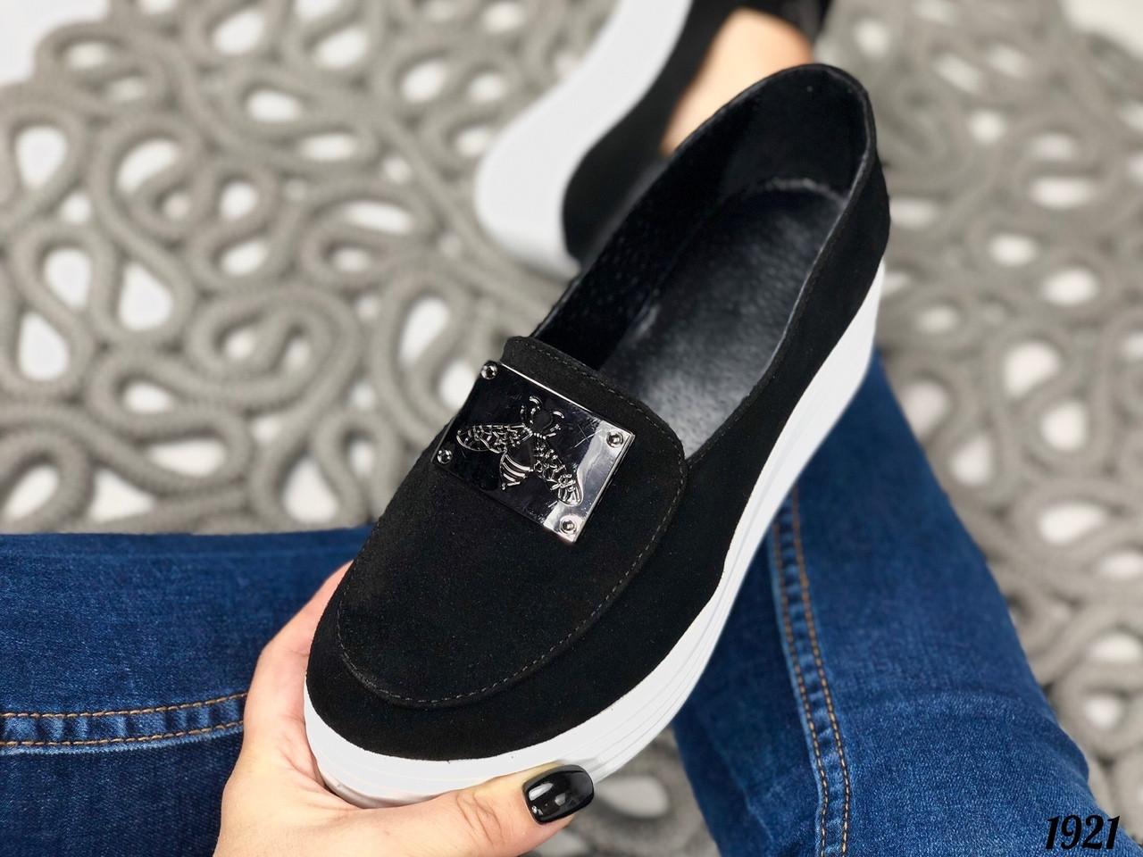 Чорні замшеві туфлі на танкетці