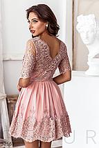 Вечернее платье-мини пудрового оттенка кокетка и подол дополнены ажурными узорами и вышивкой бисером, фото 3
