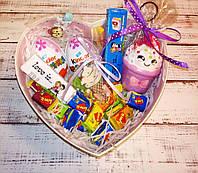 Вкусный подарок для девушки в коробке сердце со сквиши антистресс