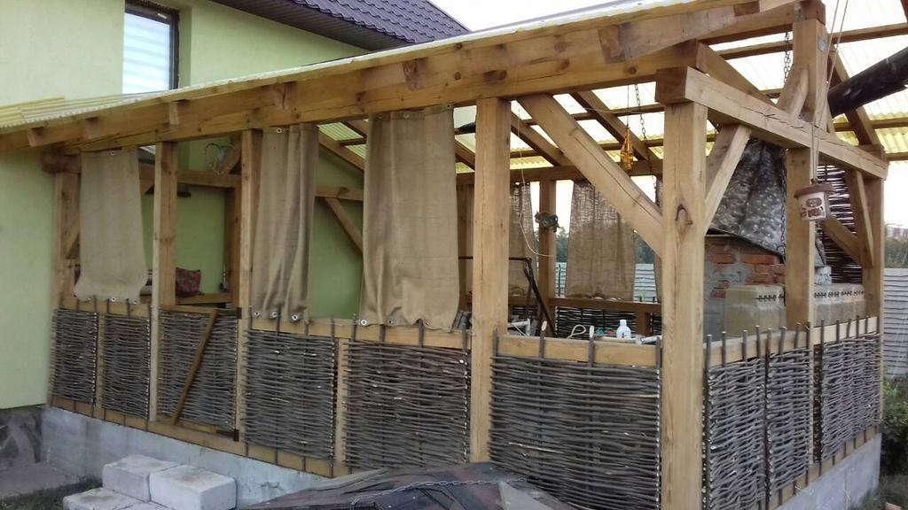Стильная деревянная веранда с тыном 2