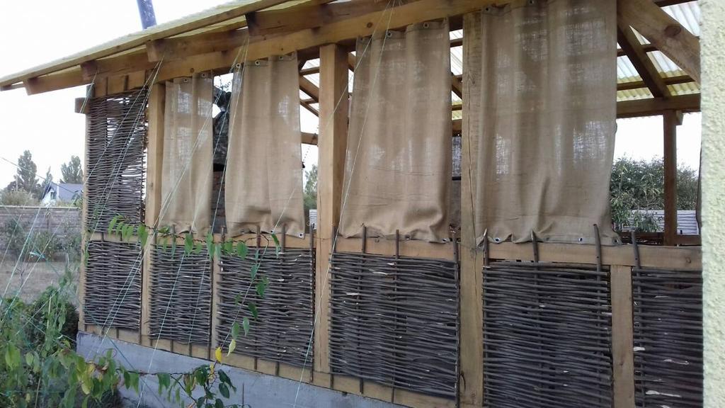 Стильная деревянная веранда с тыном 3