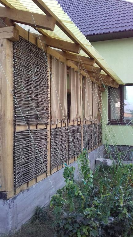 Стильная деревянная веранда с тыном 4